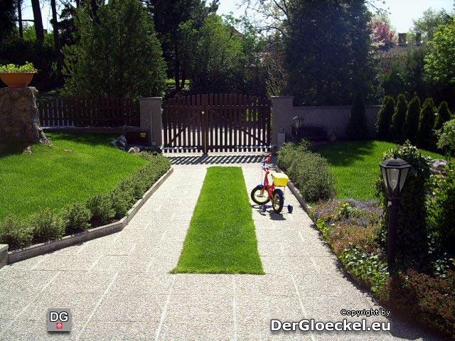 Diesen Weg befuhr die 3-Jährige und drohte in das Tor zu fahren
