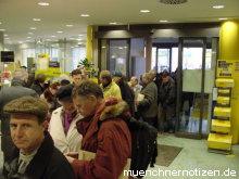 Überfüllte Schalterräume im Postamt