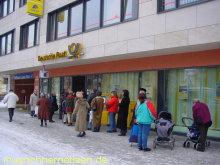 wartende Menschenschlangen für den Euro-Starterkit