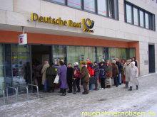 Menschenschlangen vor einem Postamt in München bei klirrender Kälte