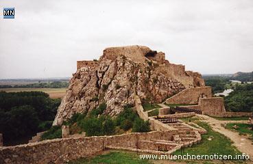 Das Areal innerhalb der großflächigen Anlage der Burg Devin
