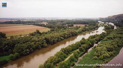 2 Länder - links Österreich - rechts Slowakei 2 Naturschutzgebiete li. Nationalpark Donau Auen - re. Kleine Karpaten und ein Fluss, den sich beide Länder teilen