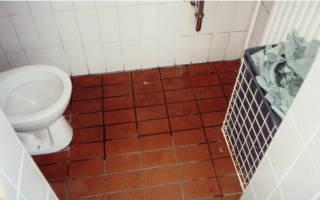 Innenansicht der WC-Anlage der DEA-Tankstelle