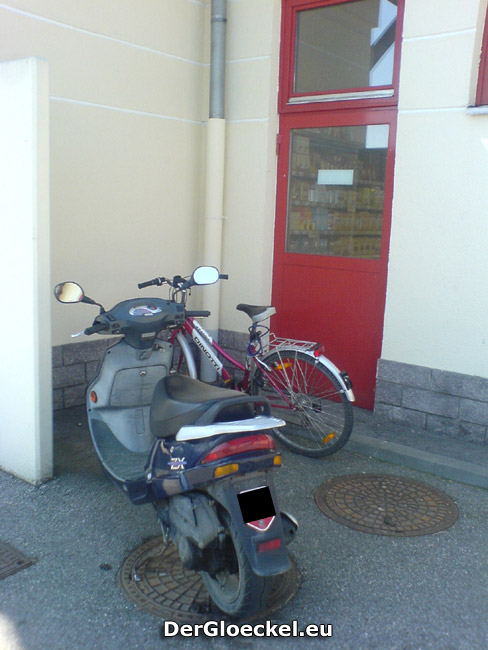Notausgang als Privatparkplatz von Dienstnehmern beim BILLA