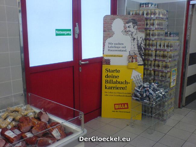 Werbeständer und Warenständer vor einem NOTAUSGANG dokumentiert am 9.4.09 bei BILLA